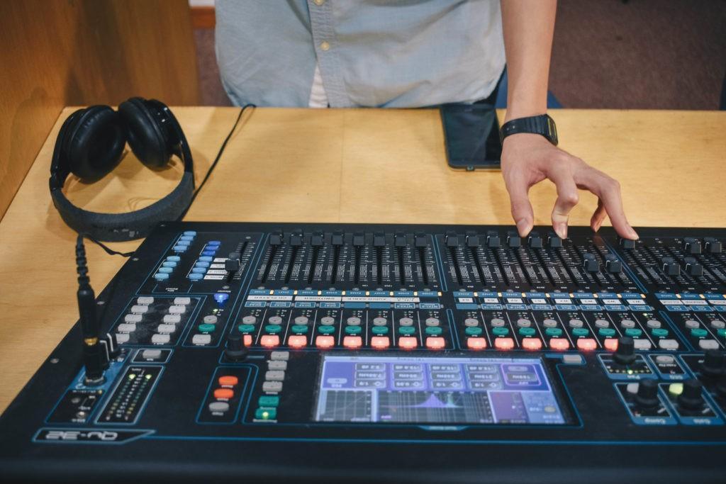Wie man ein Musikevent plant: Für das richtige Equipment sorgen.