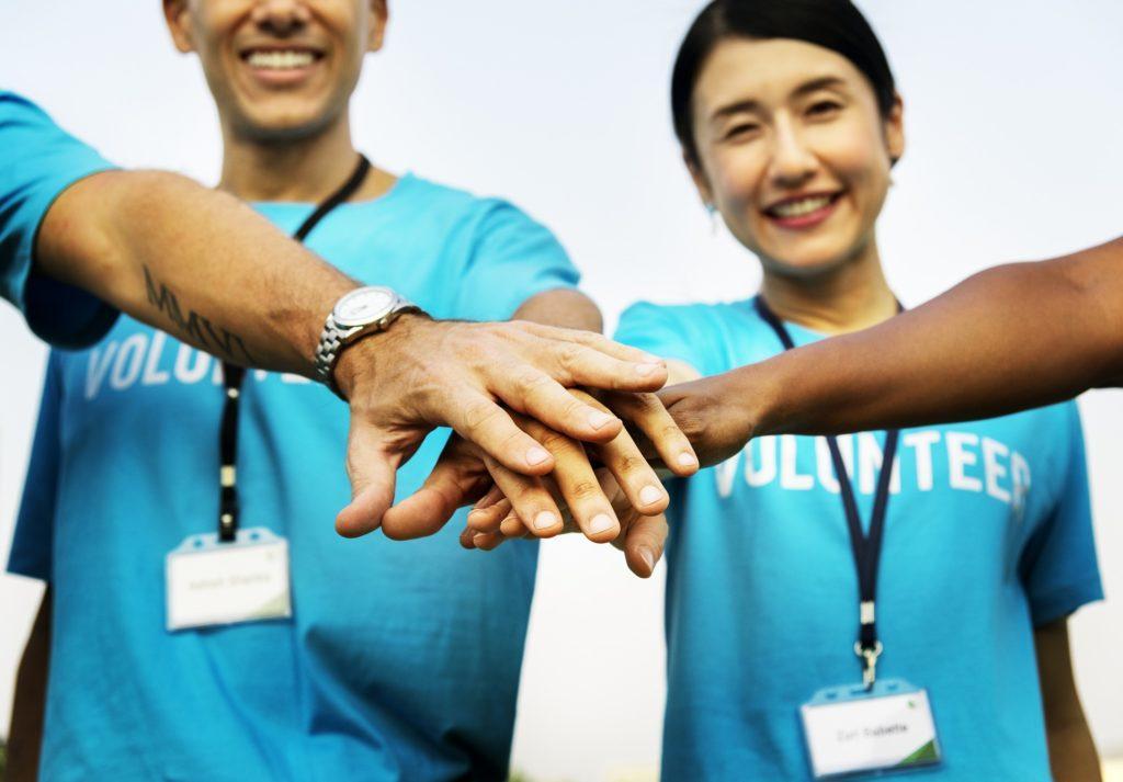 Modi per promuovere un evento di beneficenza: ingaggiare una squadra da strada di volontari.
