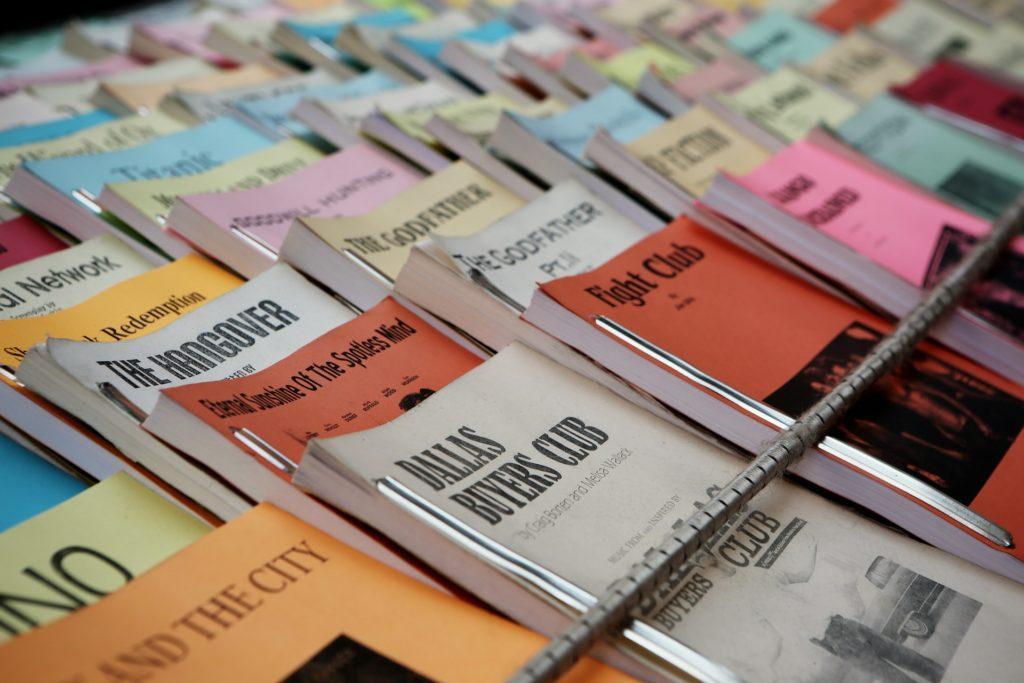 Wie du eine Presseaussendung für ein Event schreibst: Schreib Aufmerksamkeit erregende Headlines und Unterüberschriften.