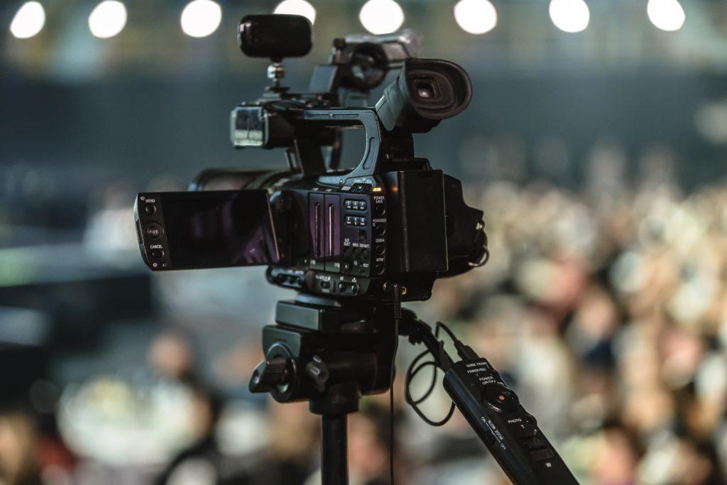 Misschien moet je investeren in materiaal om een goede livestream van je evenement te kunnen doen.