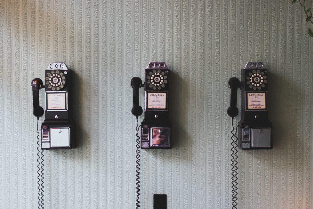 Telefoons aan een muur.