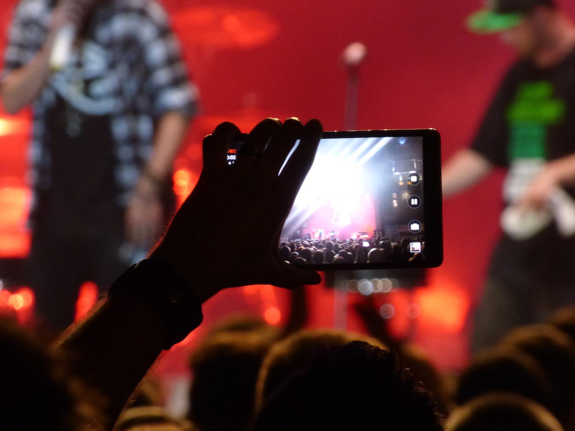 ¿Alguna vez se ha preguntado cómo transmitir su evento en vivo? Todo lo que necesita para comenzar es un teléfono o una tableta.