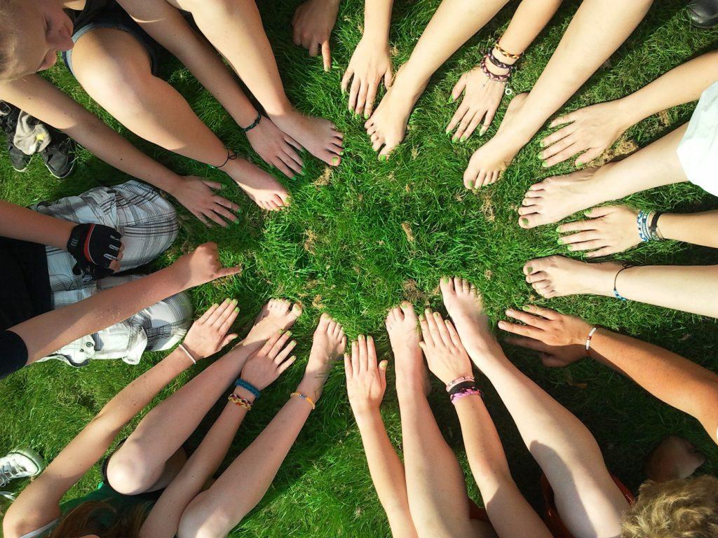 Règles d'Or pour l'Organisation d'un Évènement Communautaire : Organiser une réunion publique pour former une équipe.