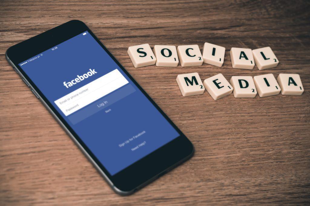 Modi per promuovere un evento di beneficenza: usare i social media per pubblicizzare gratis.