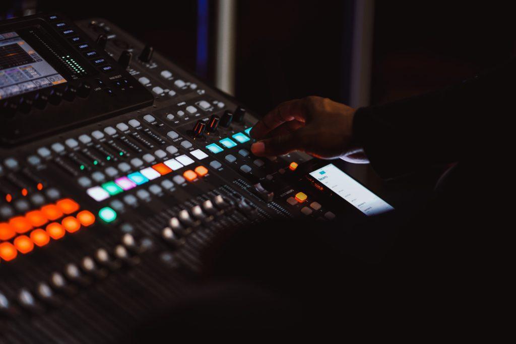 Hvordan være vert for et show: Pass på at lyden er god.