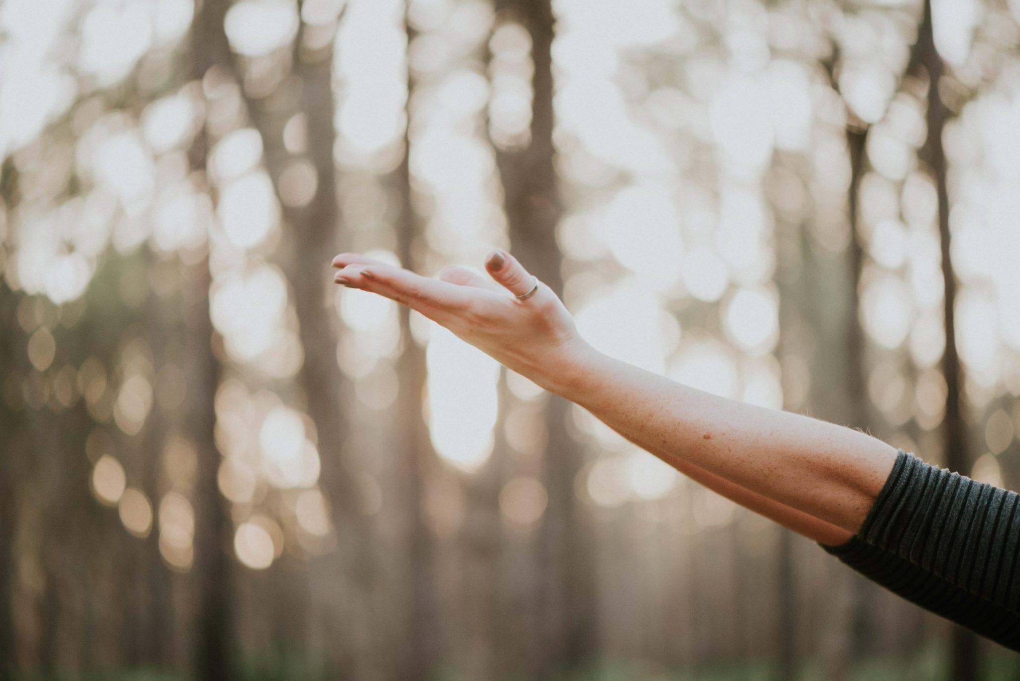 le mani distese possono simbolizzare il benessere