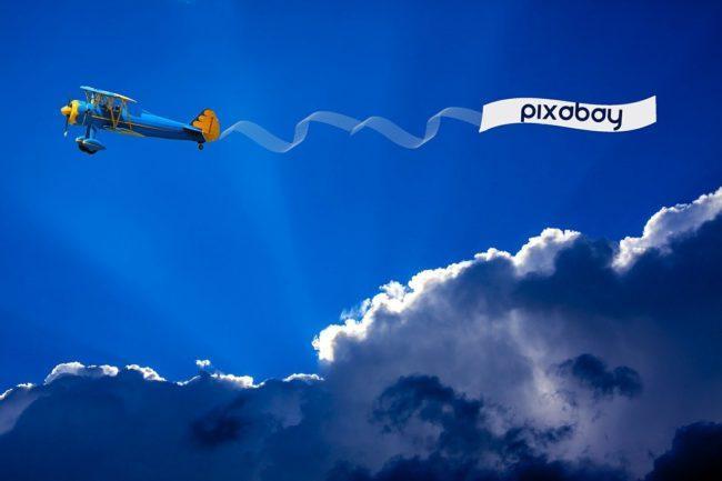 Nutze ein Flugzeug mit einem Banner als deine nächste kreative Promo-Idee für dien Event.