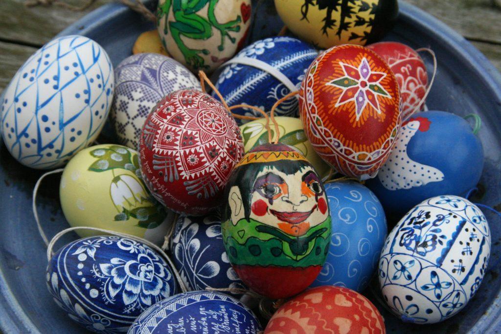 Idées d'évènement pour Pâques : Organiser un concours de décoration.