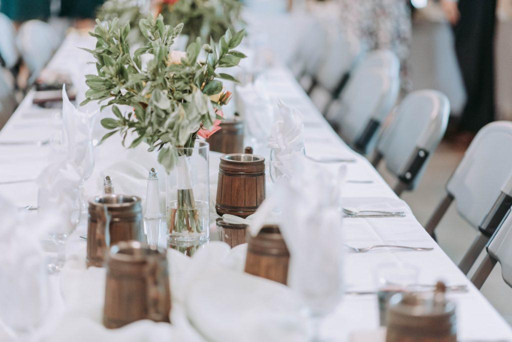 Cómo organizar un evento benéfico para recaudar fondos: Realice algunos arreglos en la decoración y asientos de último momento.