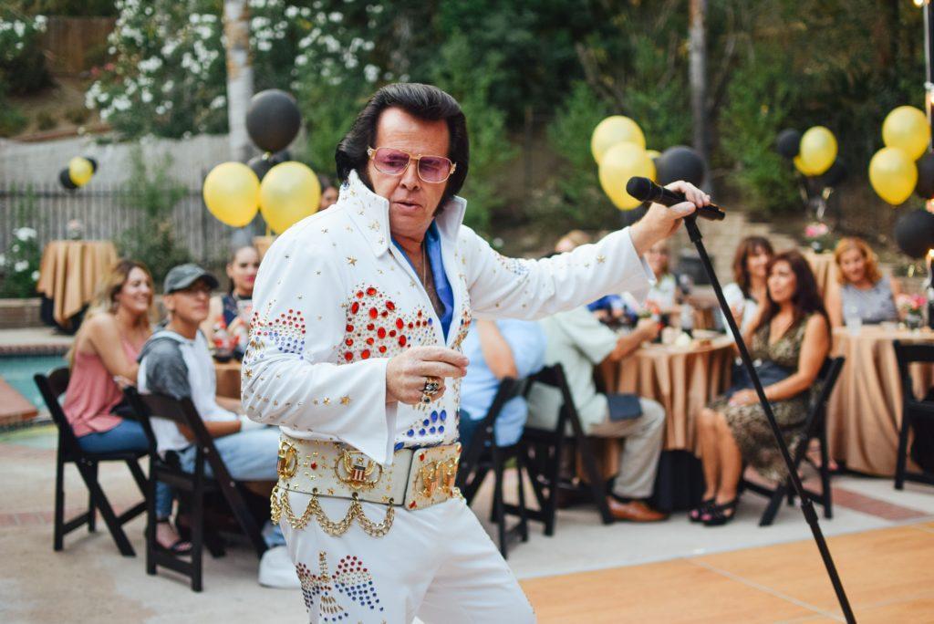 Wie du ein Eventthema festlegst: Verkleidete Performer sind immer ein Spaß.