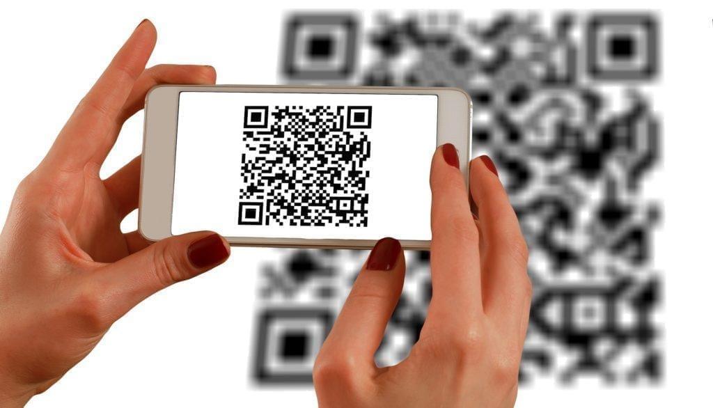 Ideas creativas para stands de exposición: Utilice códigos QR para participar en redes sociales de manera offline.