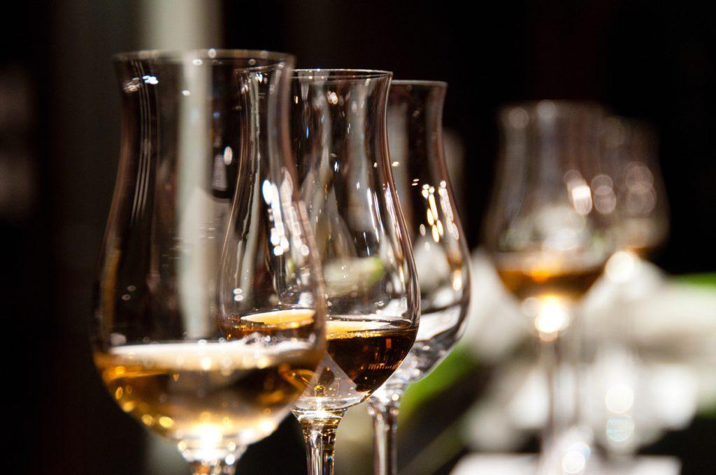 Cómo organizar un evento benéfico para recaudar fondos: Prepare algunas bebidas de bienvenida para los invitados que lleguen temprano.