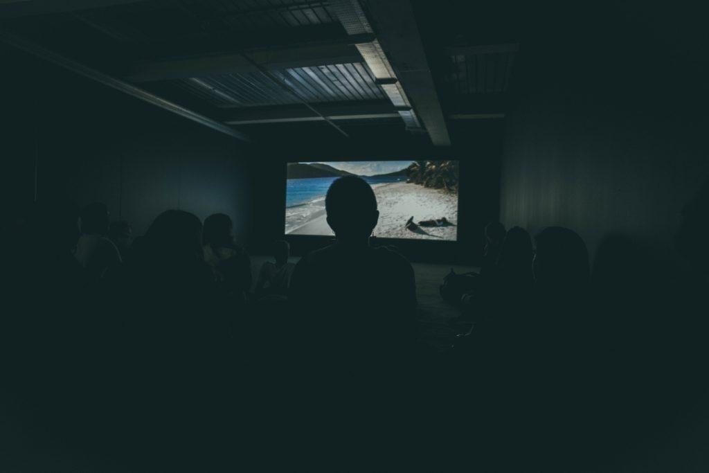 Idee per un evento pubblico: organizzare la proiezione di un film.
