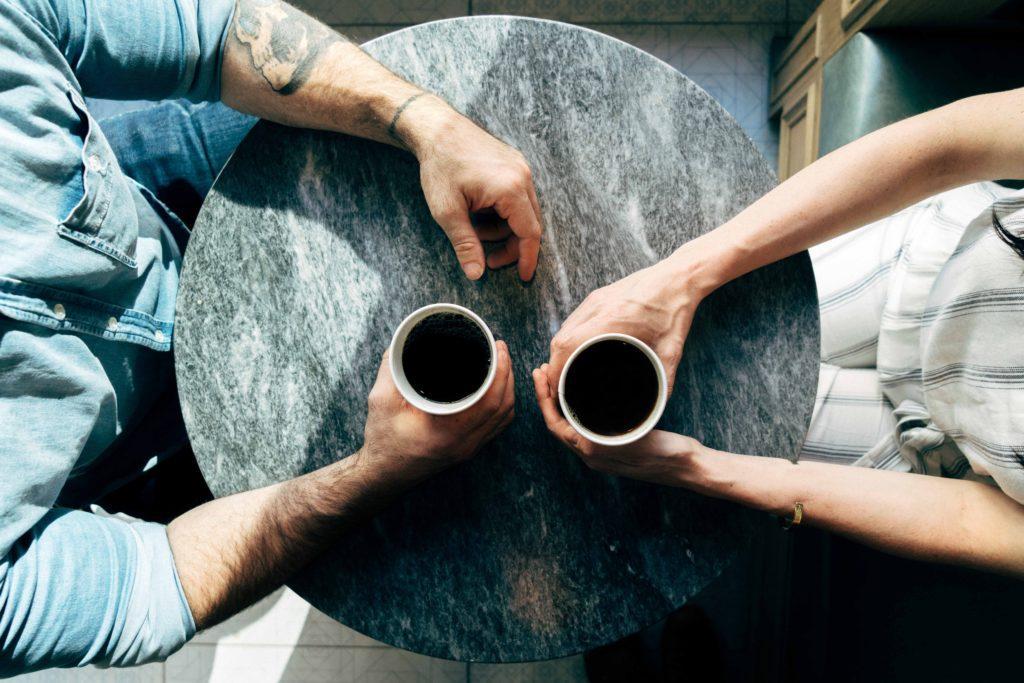 Cómo hacer un seguimiento después de un evento privado: Organizar una charla de seguimiento durante un café.