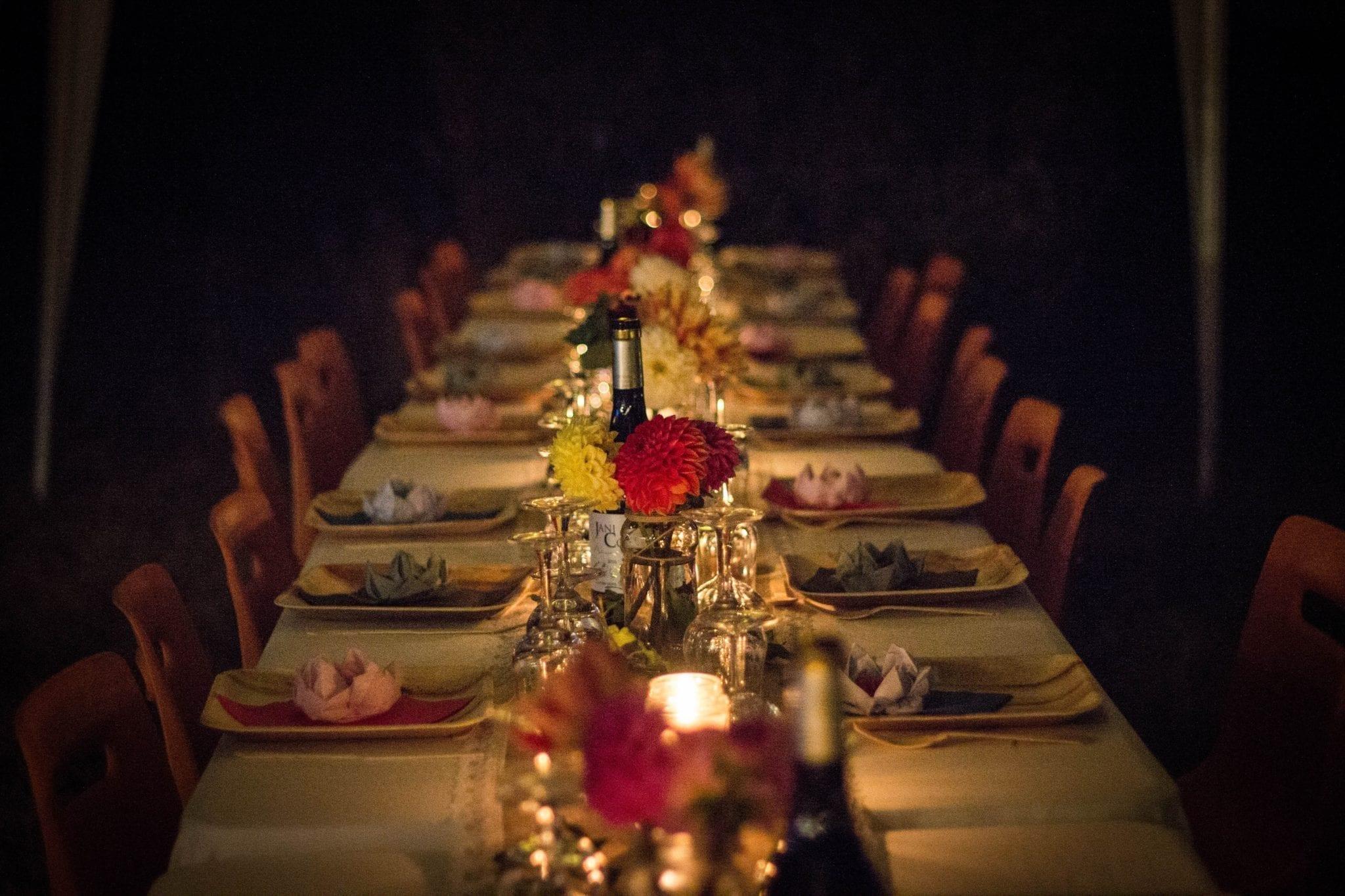 Sådan er du vært for et event om mad og drikke: Arranger bordplanen alfabetisk.