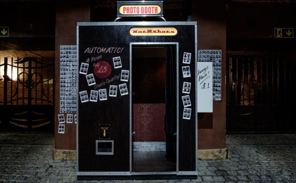 Ideas creativas para stands de exposición: Configurar una cabina de fotos.