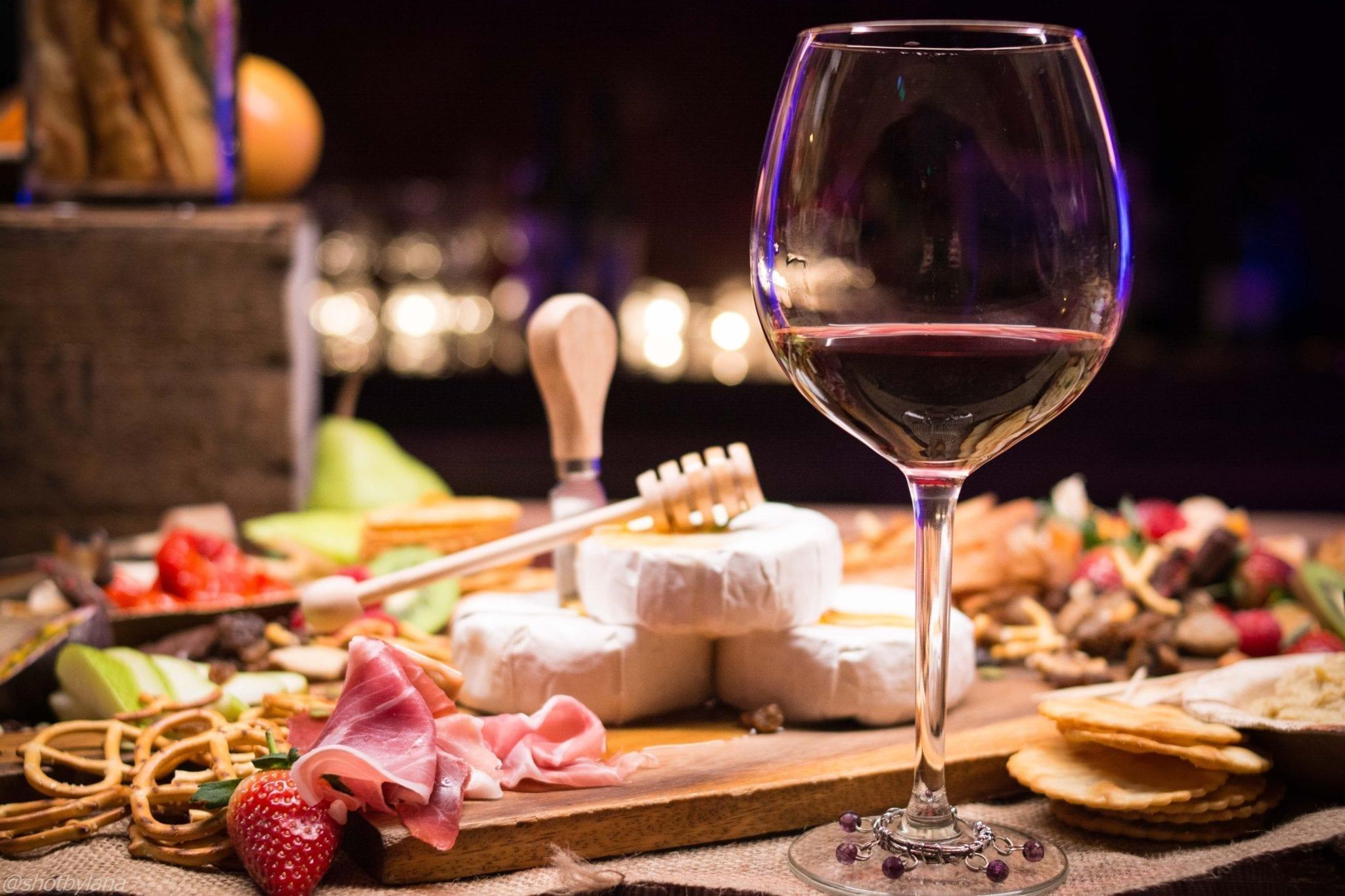 Organizzare un evento enogastronomico: mantenete il vino alla giusta temperatura e abbinatelo a dovere con il cibo.