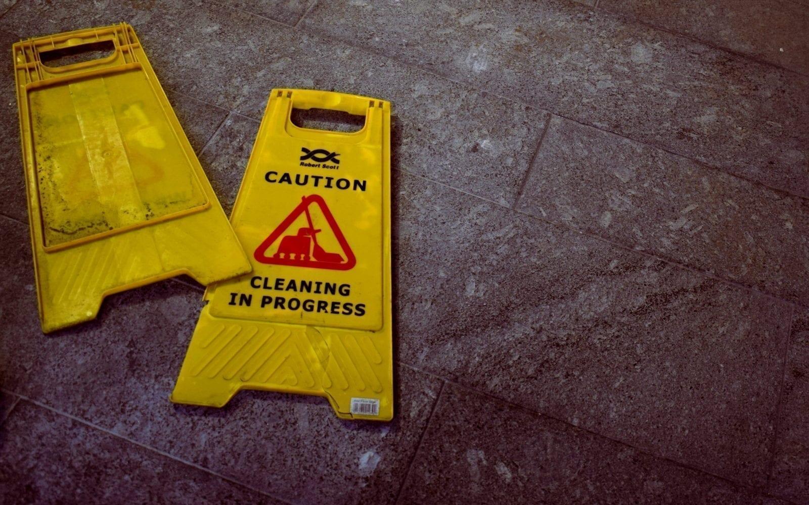 et ødelagt rengjøringsskilt på gulvet