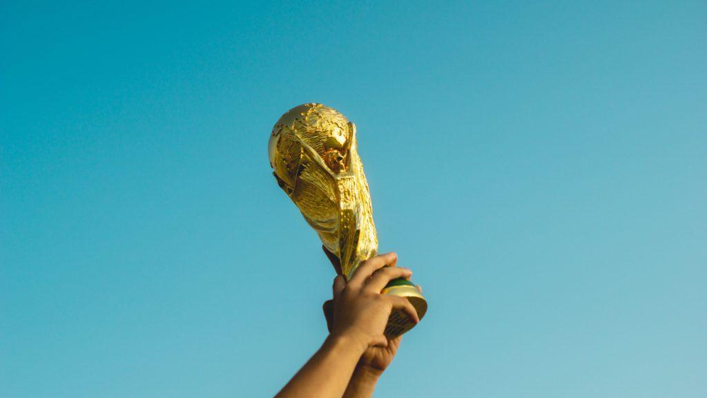 Cómo organizar un evento deportivo: Alinear los trofeos.
