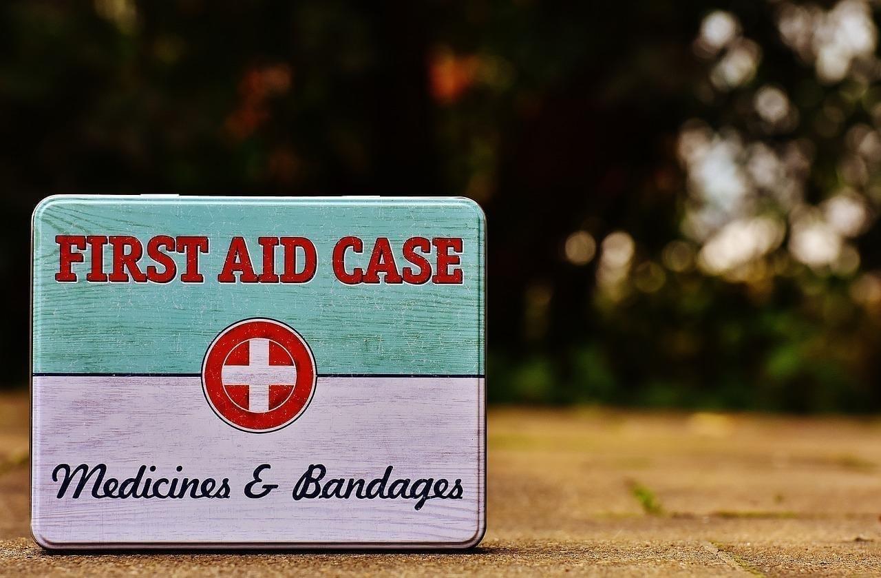 Ein guter Event-Notfallplan bedeutet, einen Erste-Hilfe-Koffer wie diesen aufzuheben und sich damit vertraut zu machen.