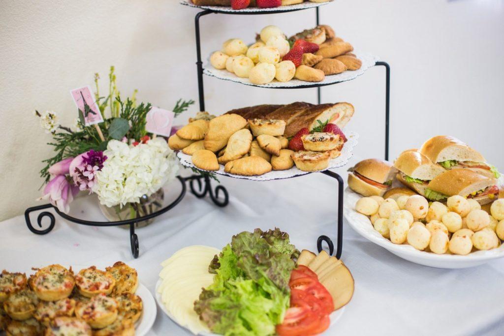 Hvordan man vælger et cateringfirma til en begivenhed: Overvej buffeter som en mulighed.