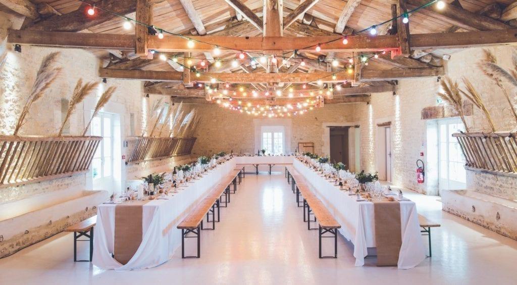 Ideeën voor tafelschikking kunnen er als volgt uitzien, met twee lange tafels die zich langs de kamer uitstrekken.