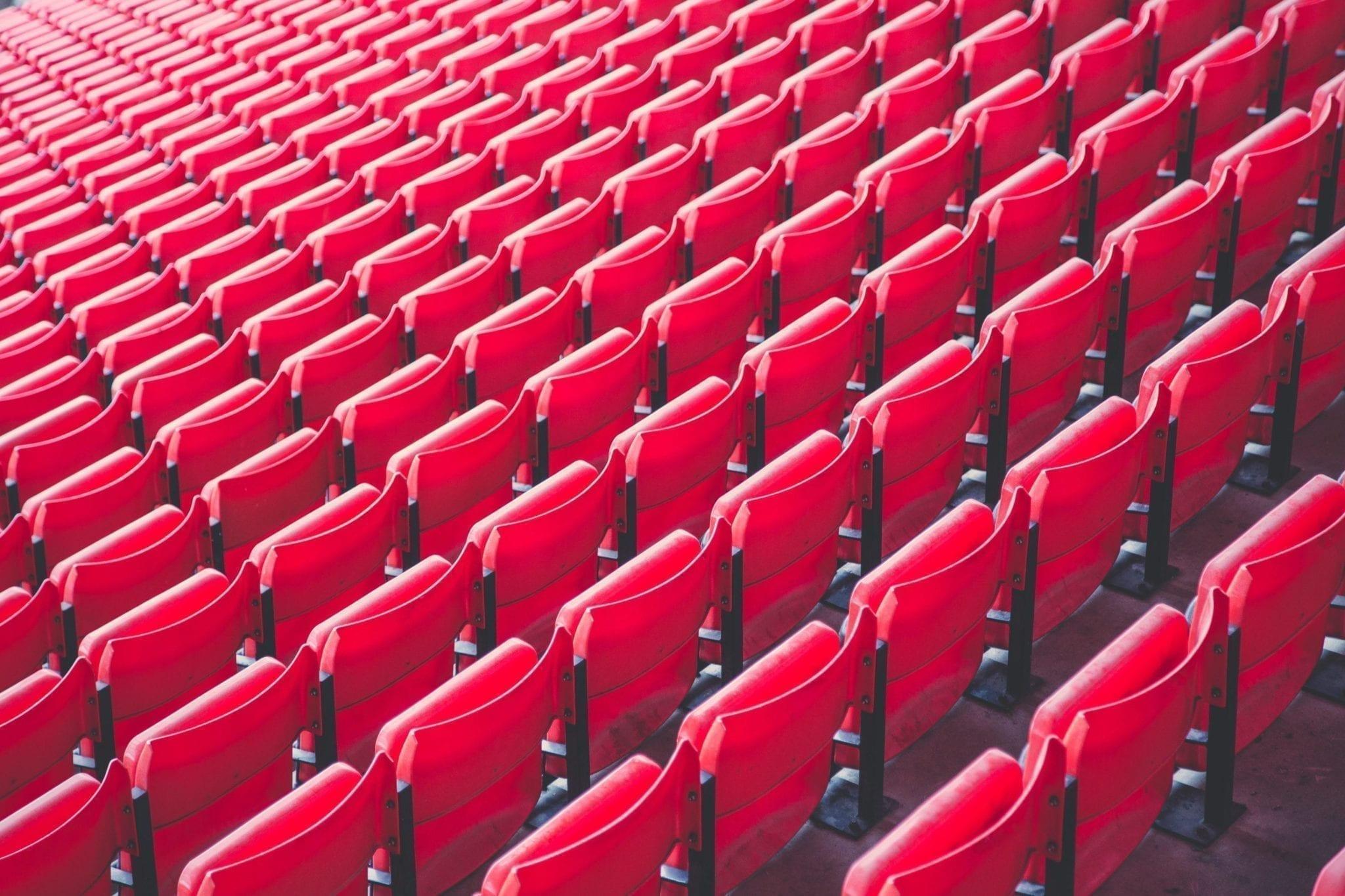 Un auditorio vacío es difícil de manejar en la noche del evento.