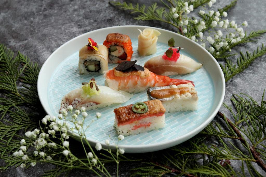 Zakelijke evenement ideeën kunnen heerlijk buitenlands eten serveren zoals dit bord sushi en sashimi