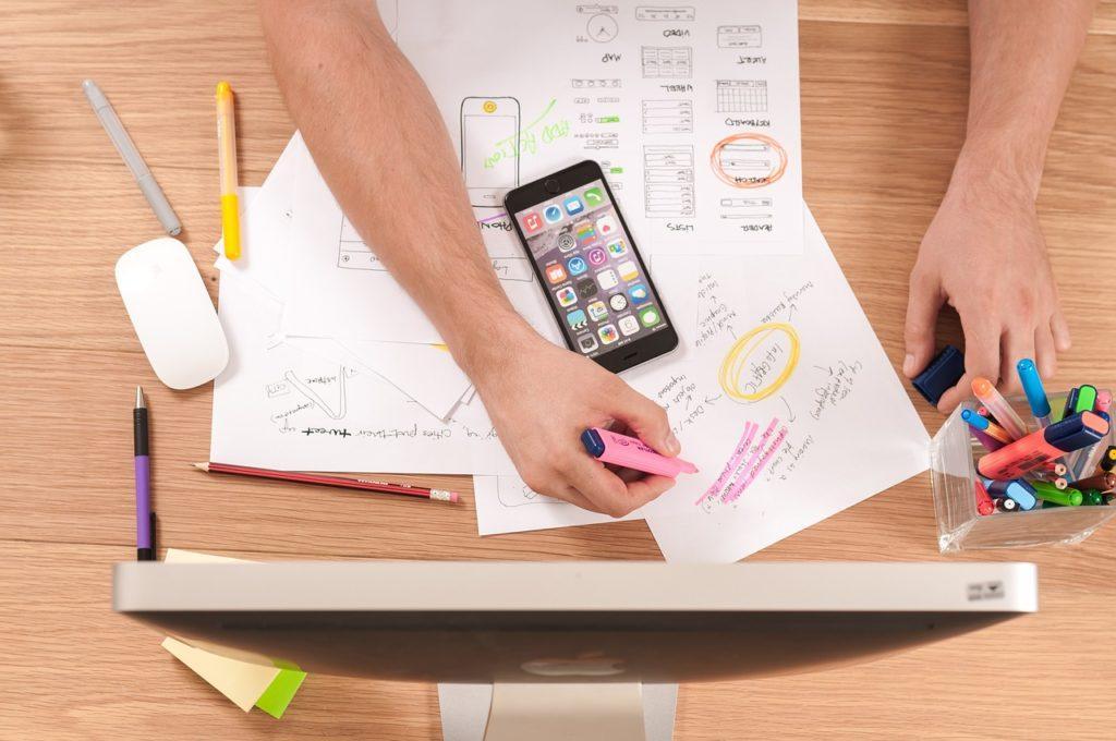 Cómo crear un programa de eventos: Contratar un diseñador o hacer el suyo con una plantilla.