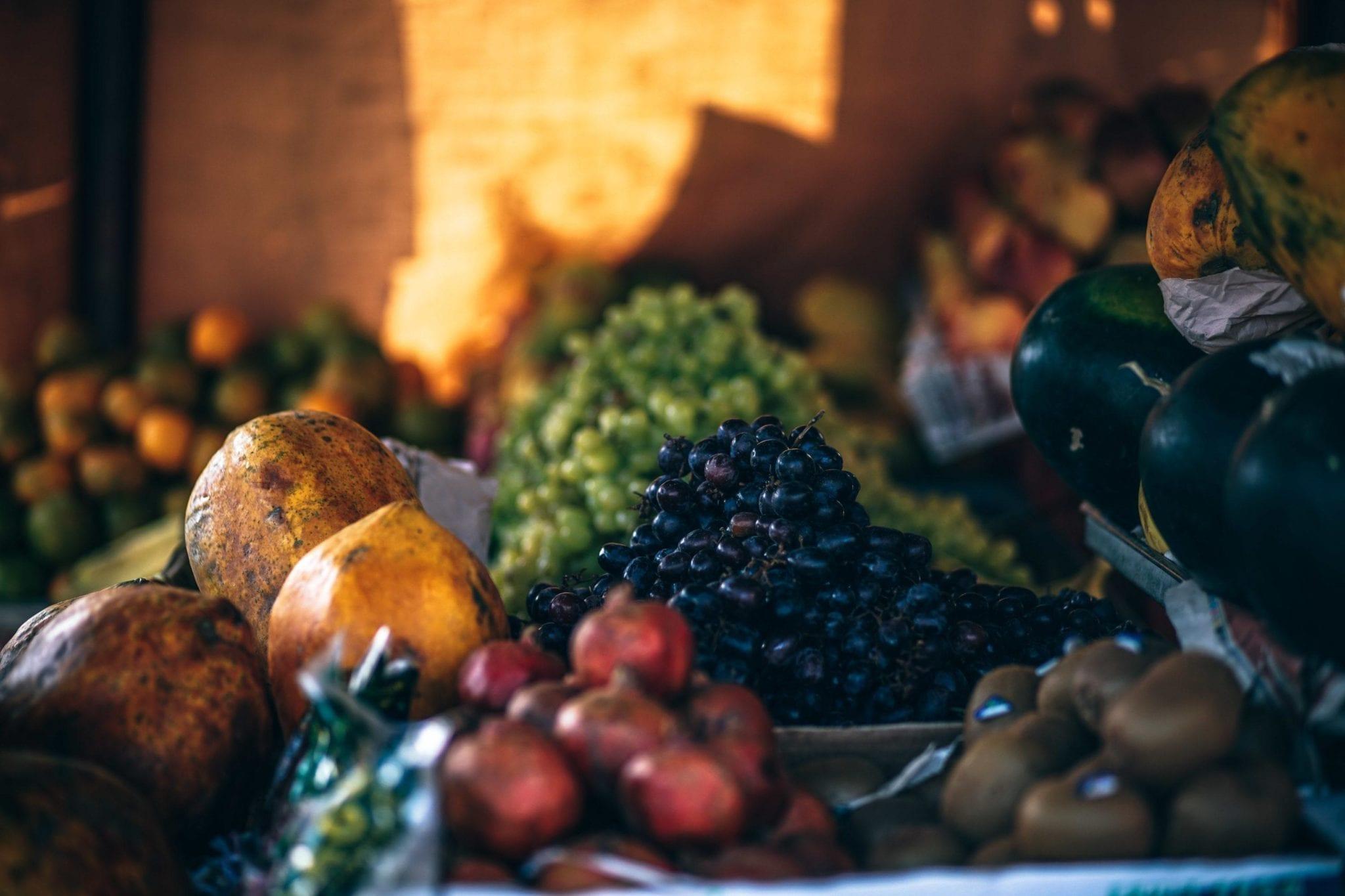 En klynge af frisk frugt