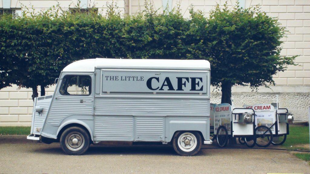 Wie du ein Pop-Up-Restaurant eröffnest: Entscheide dich für eine mobile oder temporäre Küche.