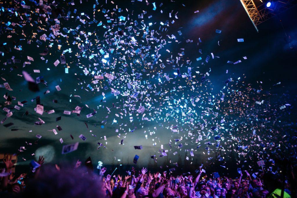 Wie du durch Events deine Markenbekanntheit erhöhst: Organisiere eine Show.
