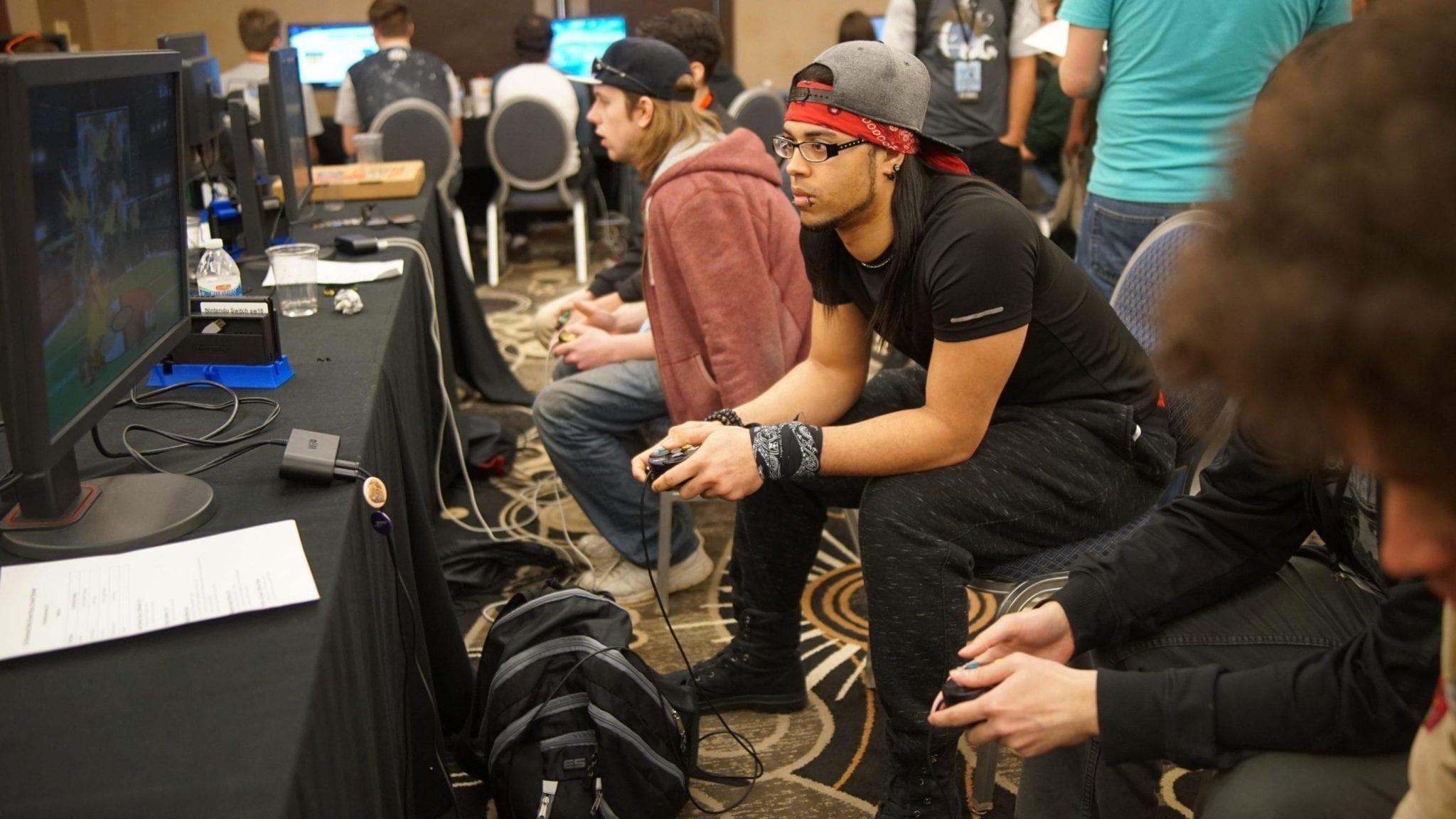Jugadores divirtiéndose: el resultado de organizar un torneo de videojuegos.