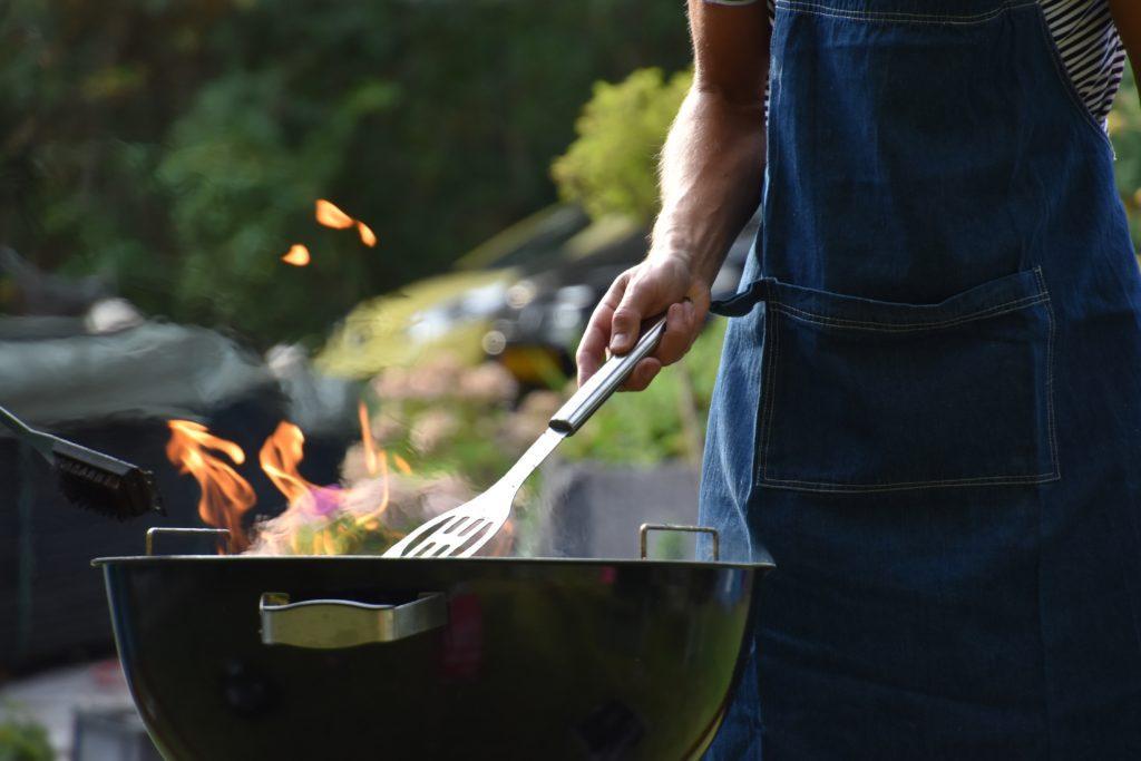 Idee per eventi per festa del papà: organizza un BBQ pubblico.