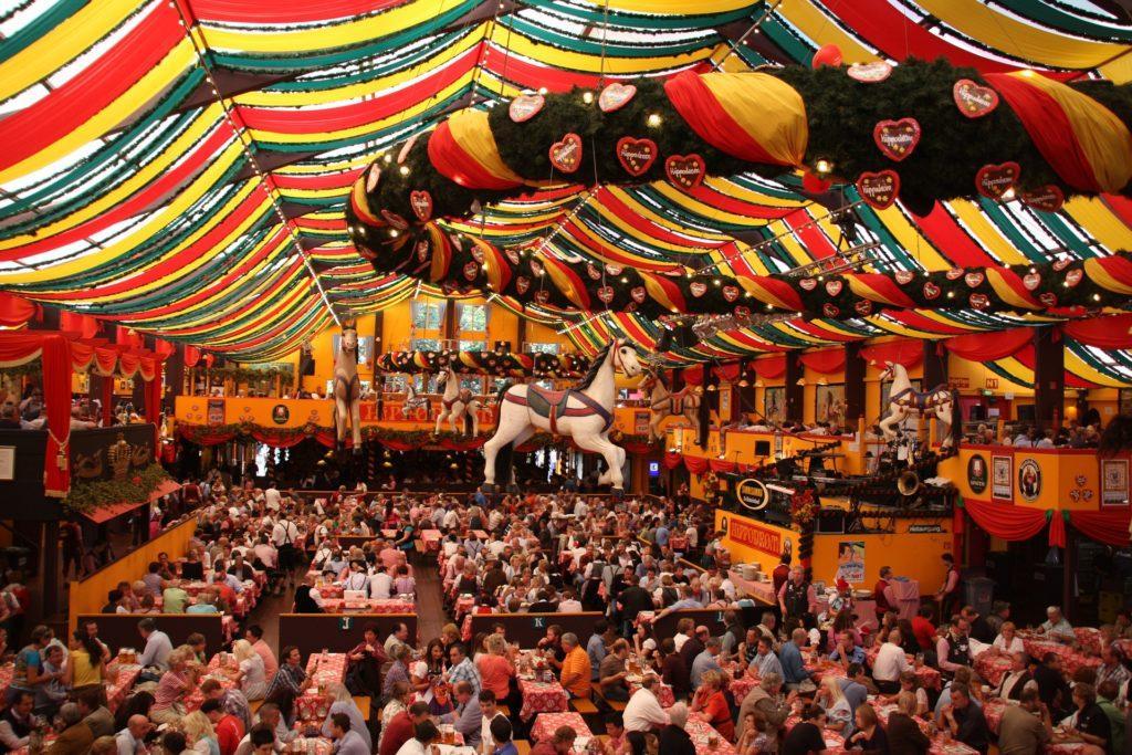 Oktoberfest evenement ideeën: hoe het er van binnen uitziet.