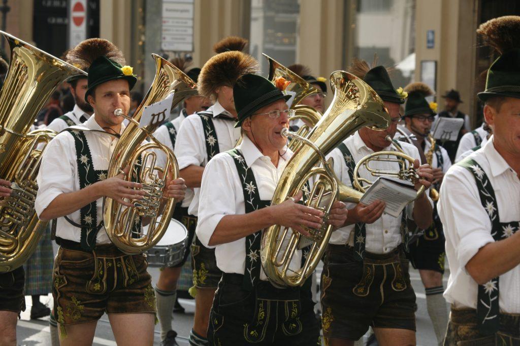 Ideeën voor Oktoberfest evenementen: niemand begint het feest zoals deze jongens.