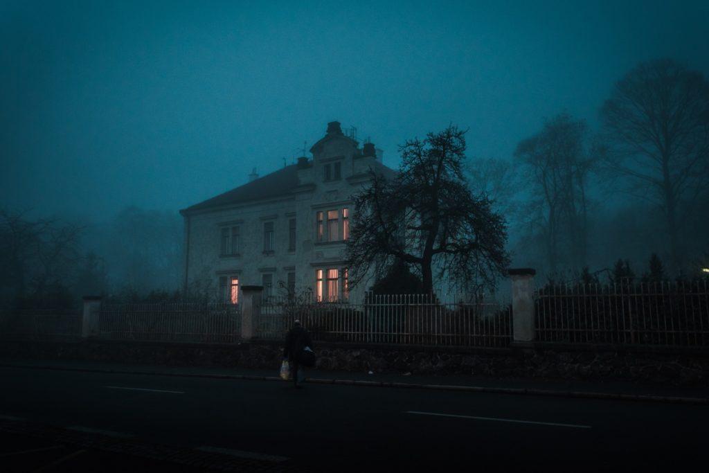 Ideen für Halloween-Events: Finde ein Spukhaus deiner Nähe. Keine Sorge, die Besitzer sind nicht da.