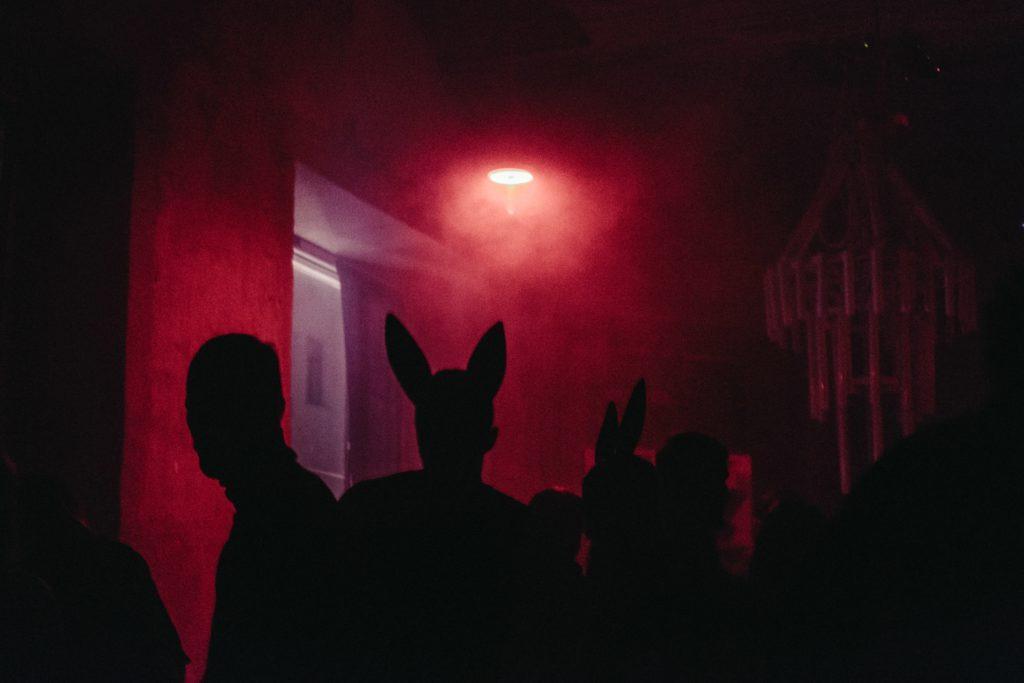 Wie ein Nachtclub-Event zu veranstalten ist: Bunny-Kostüme, irgendwer?