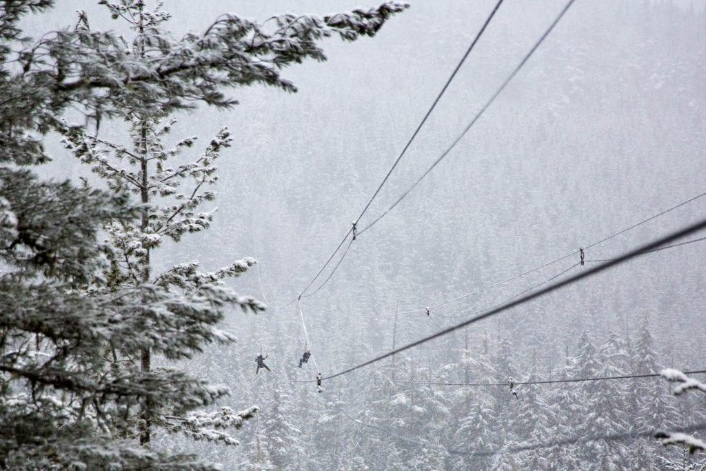 Idéer til julefest: Man ved aldrig, om det bliver en hvid jul i år, så tag hellere noget falsk sne frem for at være sikker.