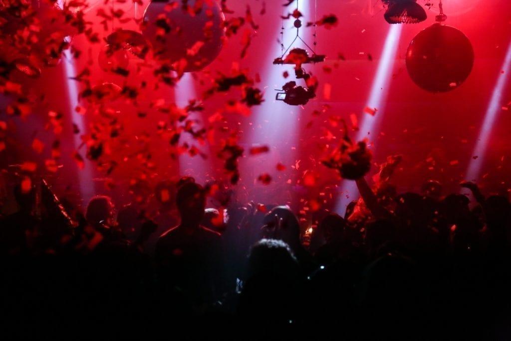 Cómo organizar un evento de discoteca: Dele a las personas FOMO con algunas fotos épicas de eventos pasados.