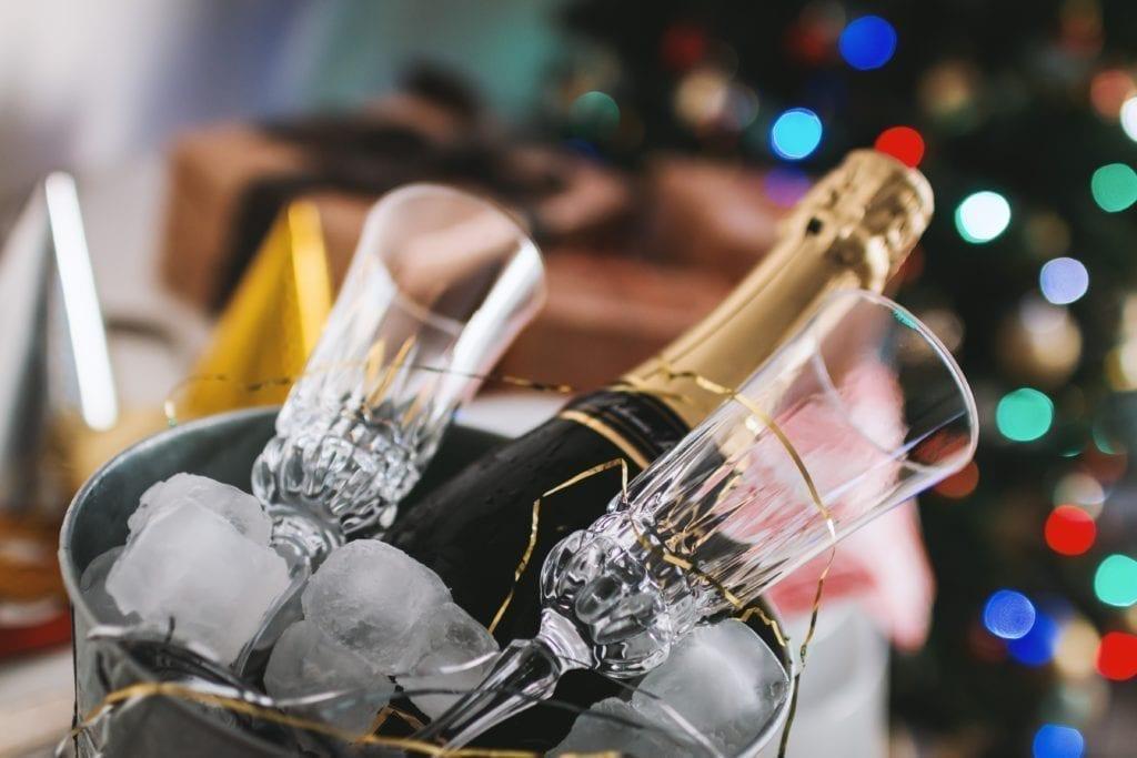 Ideeën voor een nieuwjaarsfeest: de meeste mensen komen voor de drankjes... vergeet de champagne niet!